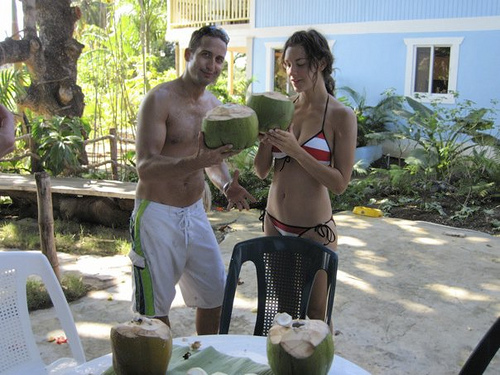 arcus-iriss-elise-mcneill-with-artist-aaron-phillips-drinking-coconuts-at-maui-johns_8259711331_o
